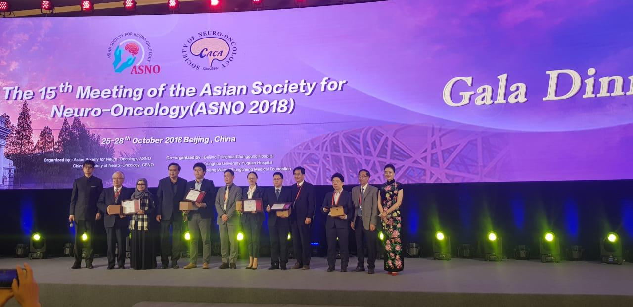 dr. Dessika Rahmawati, SpS, M.Biomed accept the reward of Excellent Paper Awards at The 15th Meeting of the Asian Society for Neuro-Oncology/ ASNO Beijing 2018